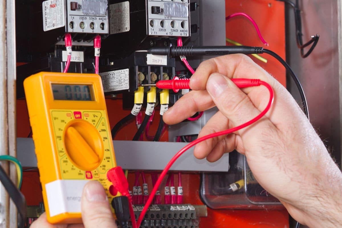 Električar pri delu