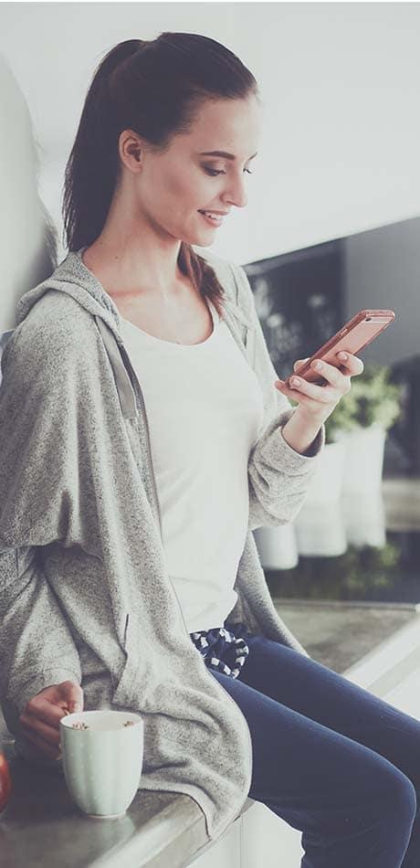 Zadovoljna stranka s telefonom v roki