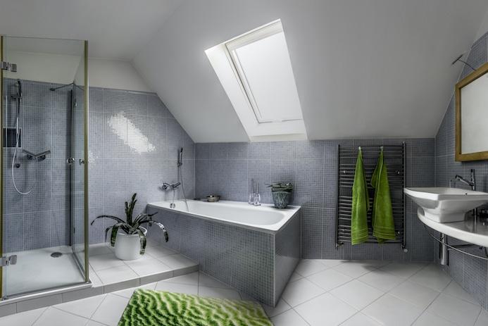 Nova moderna kopalnica v sivo-zeleni kombinaciji