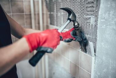 Odstranjevanje ploščic na steni v kopalnici