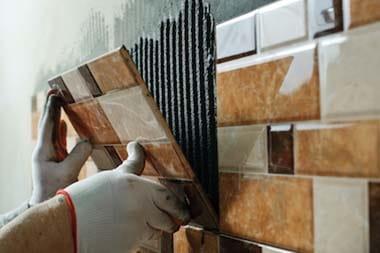 Polaganje novih stenskih ploščic v kopalnici