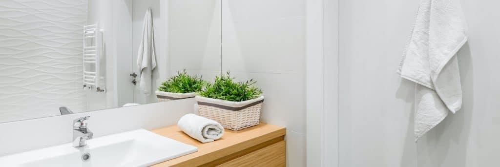 Prenovljena kopalnica v beli barvi